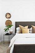 Klassisches Schlafzimmer mit natürlicher Deko