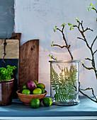 Gepresstes Farnblatt in einem Windlicht mit rustikaler Naturdeko
