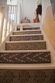 Mit Ornamenten bemalte Stufen einer Treppe