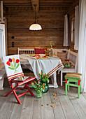 Bestickte und gehäkelte Accessoires an einem Esstisch im Bauernhaus