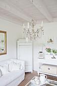 Kronleuchter aus Wellpappe im weißen Wohnzimmer