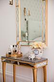 Spiegeltischchen und Wandspiegel im venezianischen Stil im Schlafzimmer