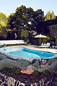 Steingarten am Pool im Garten