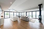 Großer offener Wohnraum mit offenem Giebel und Fensterfronten