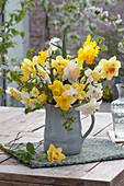 Strauß aus gemischten Narcissus ( Narzissen ) und Zweigen von Carpinus