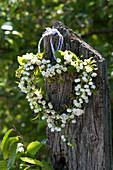 Herz aus Convallaria majalis ( Maiglöckchen ) und Zweigen von Carpinus
