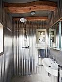 Badezimmer mit Dusche in umgebautem Silo