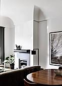 Blick über Essztisch in den Wohnbereich mit Kamin