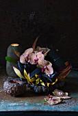 Orchideen in einem Nest aus Bromelienblättern