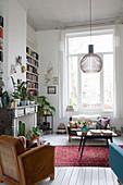 Wohnzimmer im Vintagestil mit großem Fenster und Kaminkonsole