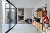 Designerregalwand im Flur zum Wohnzimmer im Loft über Eck