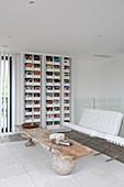 Altes Brett als Couchtisch und Zeitschriftenhalter im Wohnzimmer