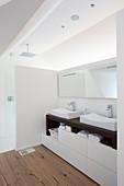 Modernes Bad mit zwei Waschbecken unter der Schräge