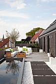 Große moderne Dachterrasse mit rechteckigem Teich und Sitzplatz