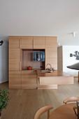 Kubusförmige Designerküche mit Theke in offenem Wohnraum