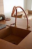 Designer-Spülbecken mit Armatur in Küchentheke integriert