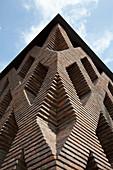 Offene Backsteinfassade eines modernen Architektenhauses