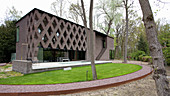 Halbrunder Rasen um ein modernes Architektenhaus mit offener Fassade