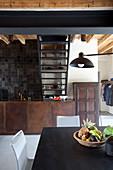 Obstschale auf dem Tisch in offener Küche mit rostigen Metallfronten