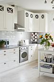 Skandinavische Landhausküche in Weiß mit Sonnenblumen