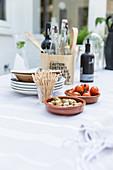 Tisch mit Zutaten für Vorspeise auf der Terrasse