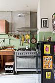 Freistehender Gasherd in einer Küche mit alternativem Stil