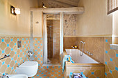 Mediterranes Badezimmer mit hellblauen Akzenten