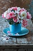 Frühlingsstrauß mit Crispa-Tulpen, Sterngladiolen, Borretsch und Rosen
