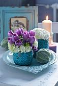 Strauß aus lila Tulpen und weißen Hortensien, Bälle aus Wollziest