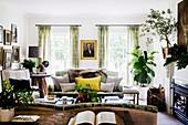 Gemütliches Wohnzimmer in Braun und Grün
