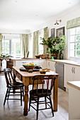 Rustikaler Holztisch in der offenen Küche mit mediterraner Deko