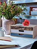 Beklebte und bemalter Schubladenkasten auf dem Schreibtisch