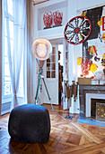 Pouf und Designerleuchte in einer Altbauwohnung mit Kunstsammlung