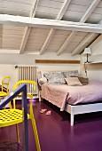 Schlafzimmer unter dem Dach mit violett gestrichenem Boden