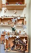 Weihnachtsdeko und Krippe in Holzkästen an der Wand