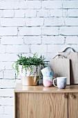 DIY Marmorierte Tassen neben Zimmerpflanze auf Sideboard