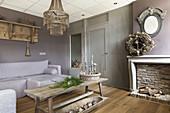 Gedeckte Farben im Wohnzimmer mit rustikaler Eleganz