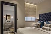 Blick vom Bett ins Bad Ensuite mit Marmor