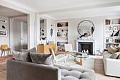 Offenes Wohnzimmer im Designerstil in hellen Erdfarben