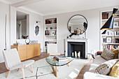 Klassisches Wohnzimmer im Designerstil in hellen Erdfarben