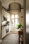 Moderne Deckenleuchte in klassischer Wohnküche