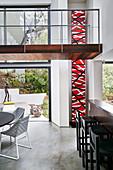 Offener Wohnraum im modernen Architektenhaus mit Brücke
