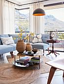 Klassisches Wohnzimmer mit hellblauem Sofa und Panoramablick