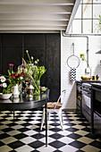 Verschiedene Pflanzen und Blumen auf dem Küchentisch
