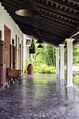 Veranda mit Lederstuhl und Terrakotta-Urne
