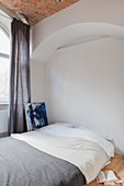 Bed in arched niche in bedroom