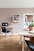 Essbereich, im Hintergrund Schreibtisch mit Stuhl in hellem Wohnraum