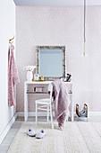Spiegel mit Silberrahmen auf weißem Schminktisch im Schlafzimmer
