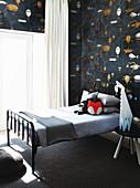 Metallbett im monochromen Jungenzimmer in Schwarz und Weiß