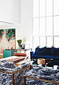 Blau-Weiß marmorierte Sessel im Wohnzimmer mit Sprossenfenster